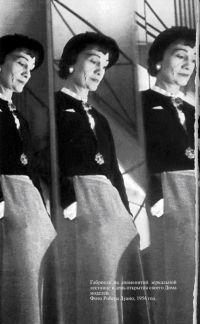 Шанель Габриель Бонёр на зеркальной лестнице